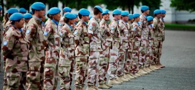 Norwegian Peacekeeping forces relax during an inspection (Photo: Forsvarets Mediesenter/Taral Jensen)